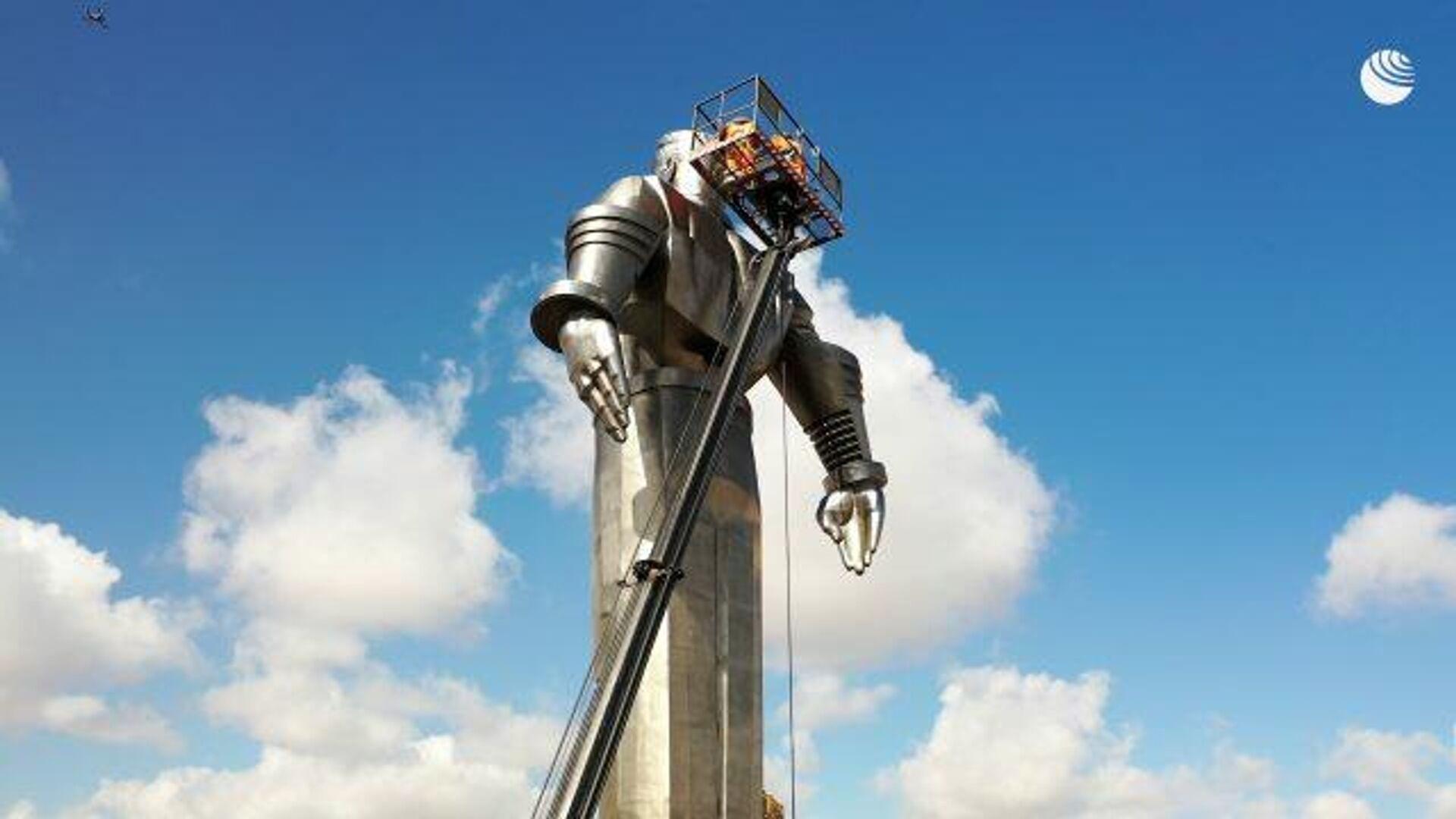 Весенняя промывка: памятник Юрию Гагарину подготовили ко Дню космонавтики - РИА Новости, 1920, 09.04.2021