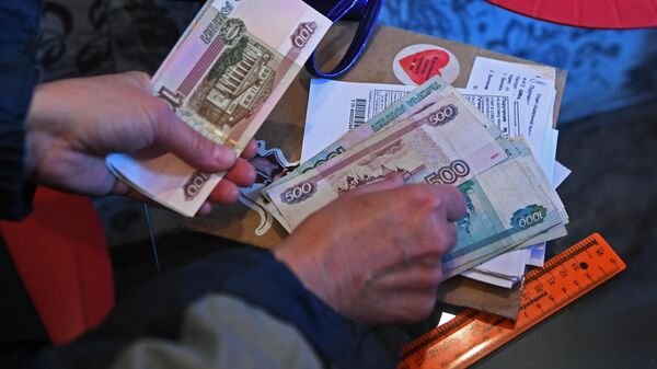 Почтальон Почты России выдает пенсию на дому