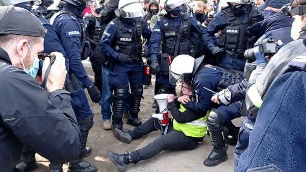 Полицейский навалился на митингующего во время акции в годовщину крушения Ту-154