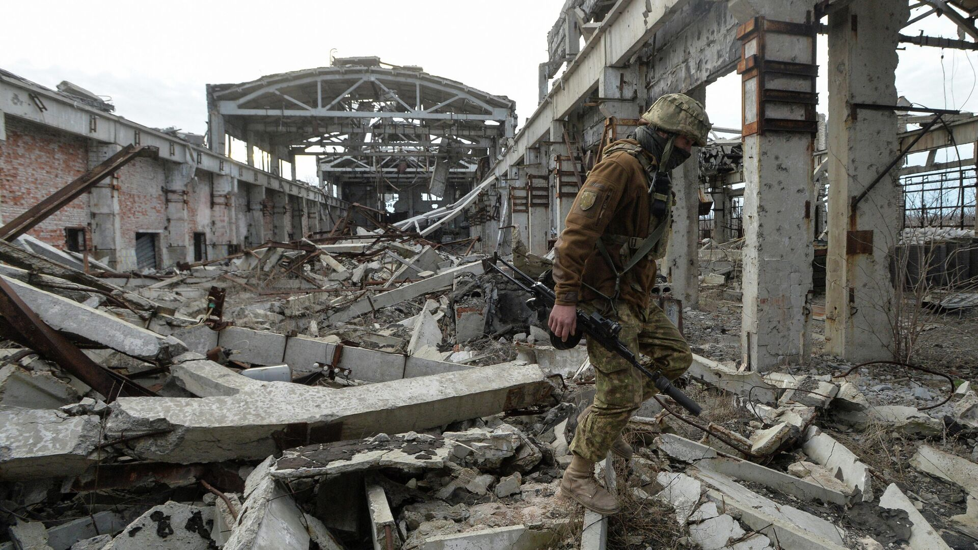 Украинский военнослужащий на линии разделения близ города Донецк - РИА Новости, 1920, 27.04.2021