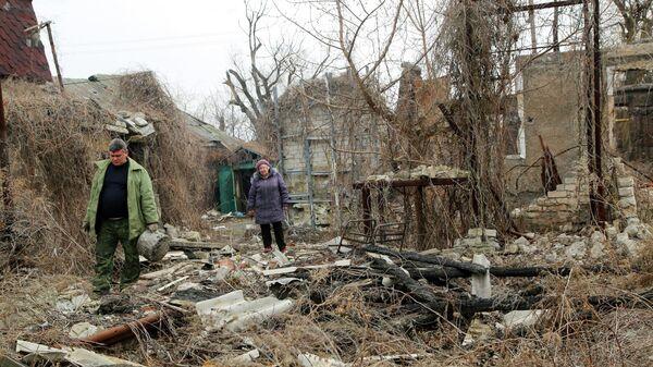Жители возле разрушенного дома в Донецкой области