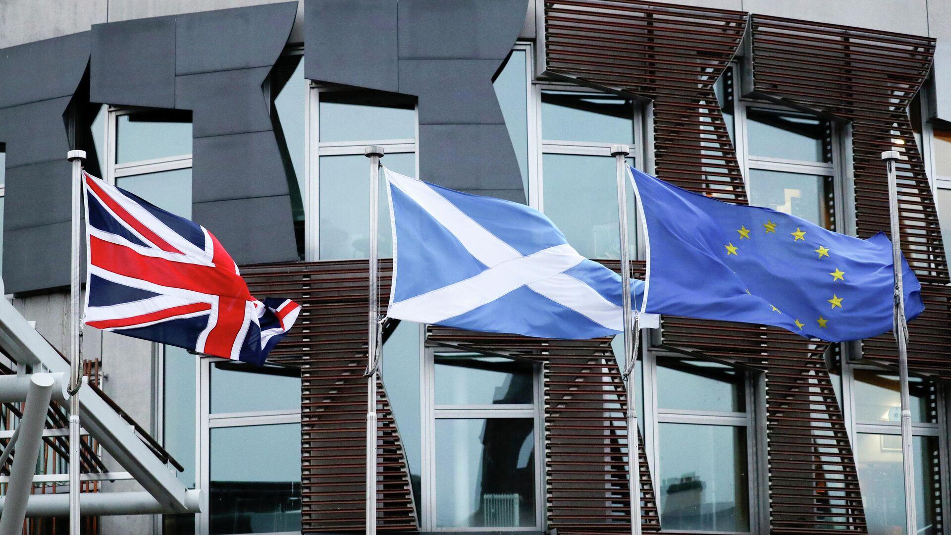 Флаги Великобритании, Шотландии и Евросоюза у здания парламента в Эдинбурге - РИА Новости, 1920, 12.04.2021