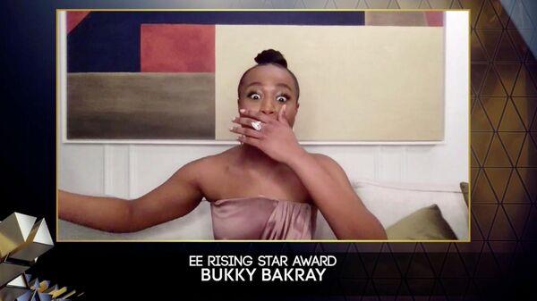 Актриса Букки Бакрэй во время объявления победителя в номинации Восходящая звезда на церемонии награждения премией BAFTA 2021 в Лондоне