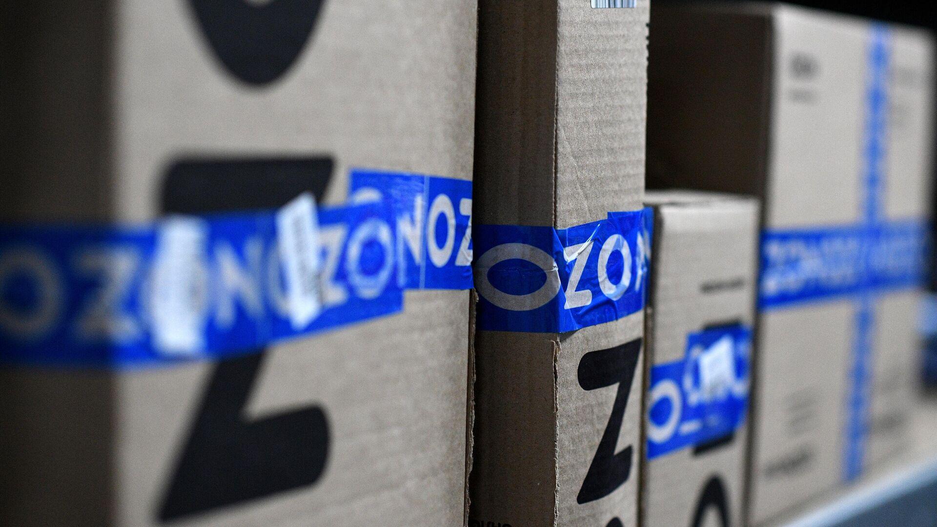 Заказы покупателей на складе в пункте выдачи интернет-магазина OZON в Москве - РИА Новости, 1920, 06.09.2021