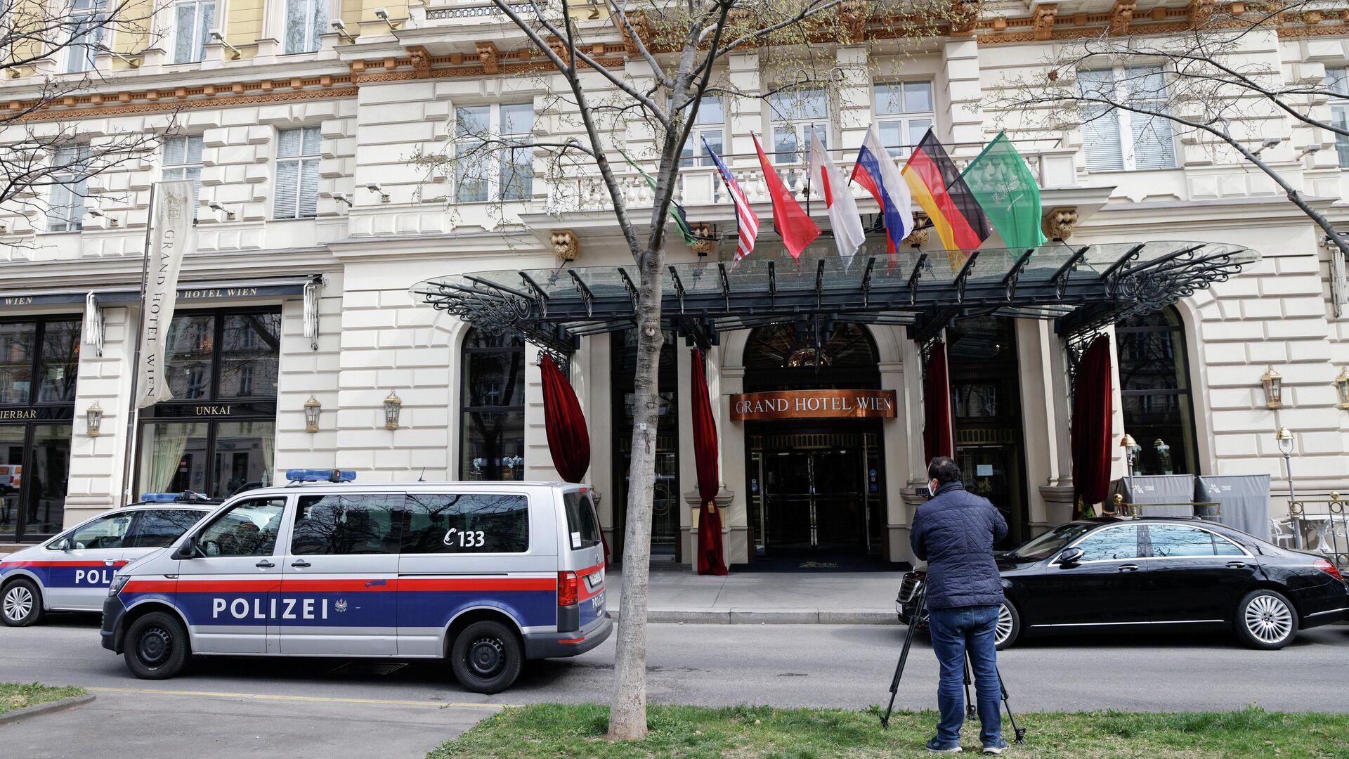 Полиция и оператор возле отеля, где проходит заседание Совместной комиссии по реализации СВПД в Вене - РИА Новости, 1920, 29.04.2021