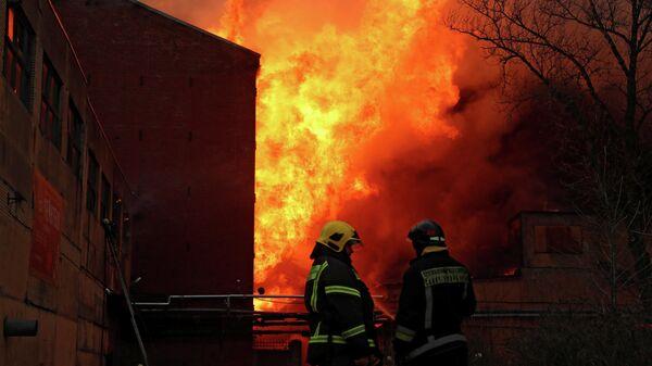 Пожар в здании фабрики Невская мануфактура на Октябрьской набережной в Санкт-Петербурге