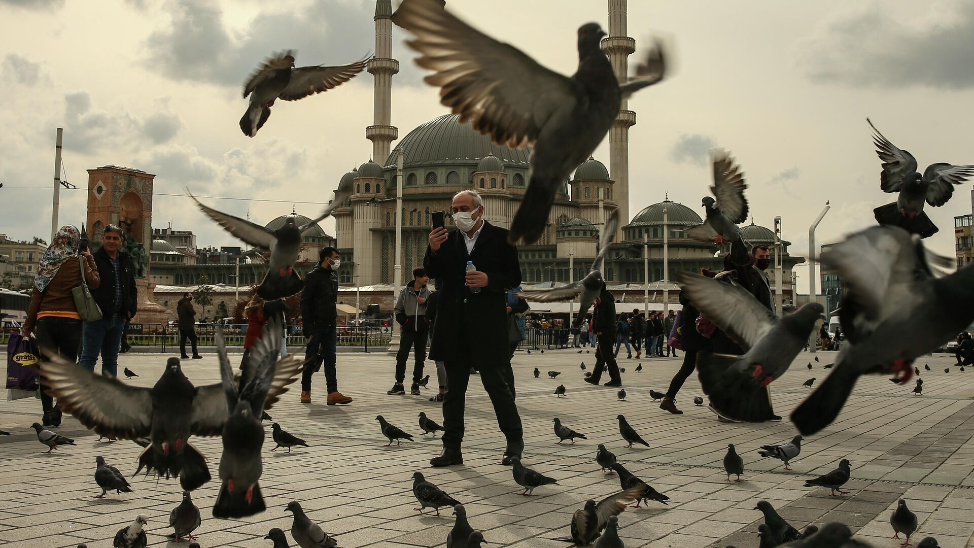 Мужчина кормит голубей на площади Таксим в Стамбуле - РИА Новости, 1920, 12.04.2021