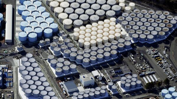 Вид с воздуха на резервуары для хранения воды на АЭС Фукусима, Япония