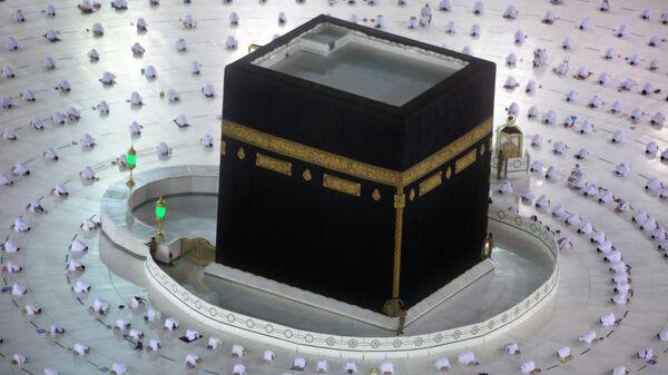 Мусульмане на утренней молитве исламского священного месяца Рамадан в Большой мечети в городе Мекка, Саудовская Аравия