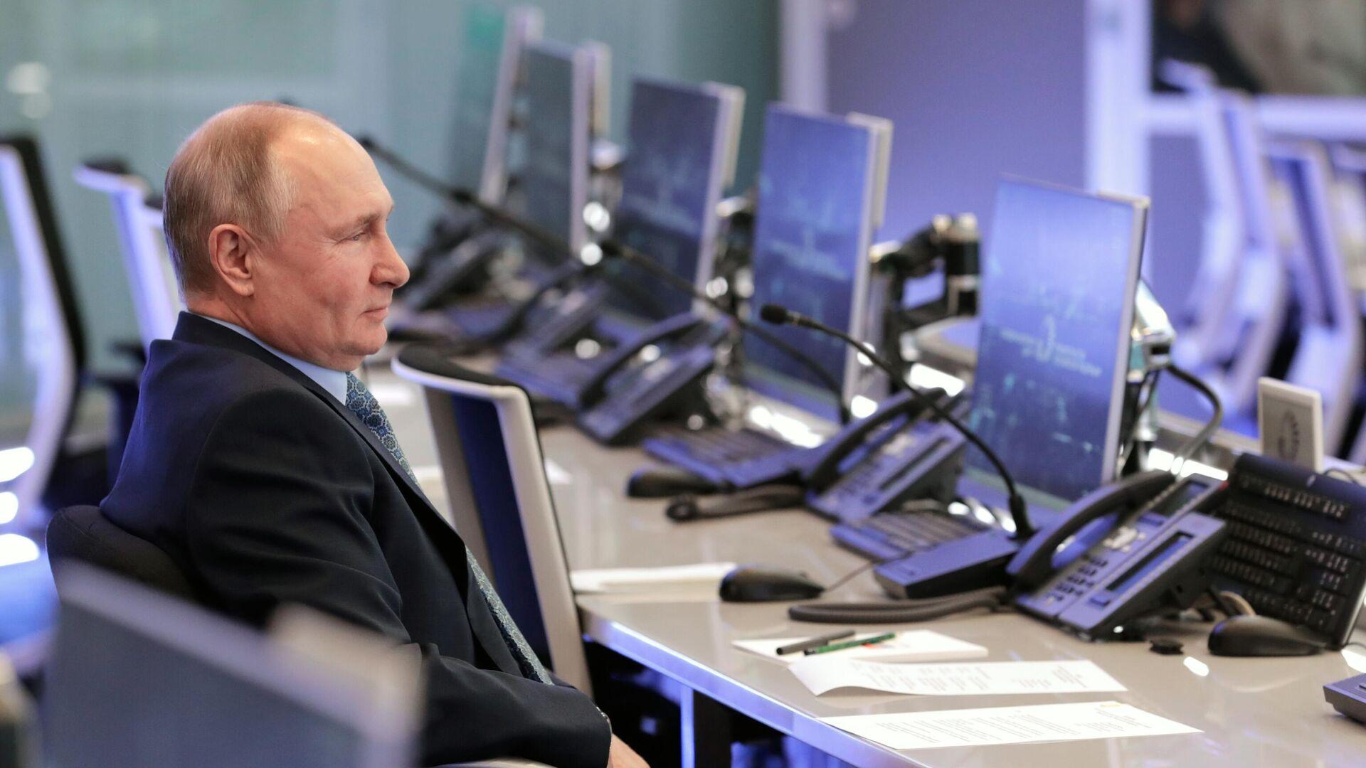 Президент РФ Владимир Путин во время посещения Координационного центра правительства РФ - РИА Новости, 1920, 14.04.2021
