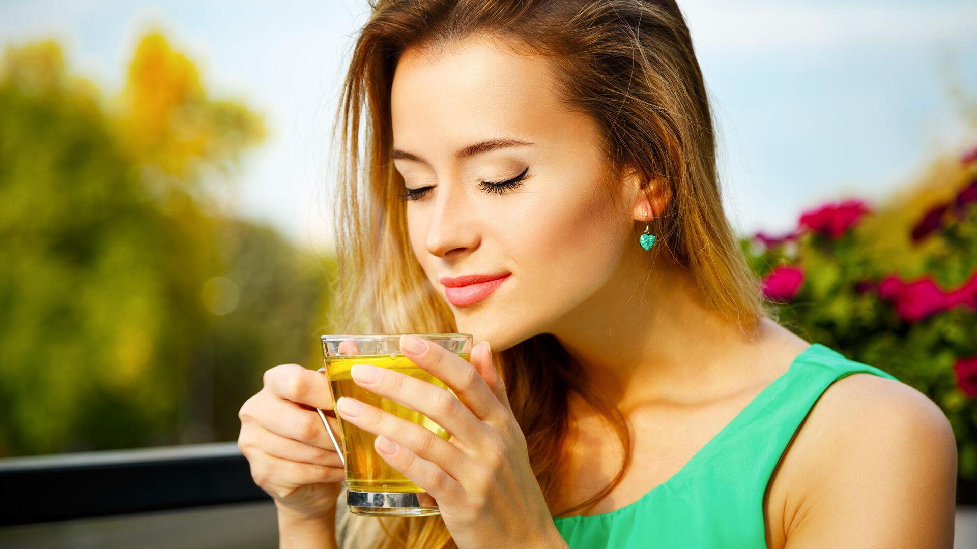 Девушка пьёт зелёный чай - РИА Новости, 1920, 21.09.2021