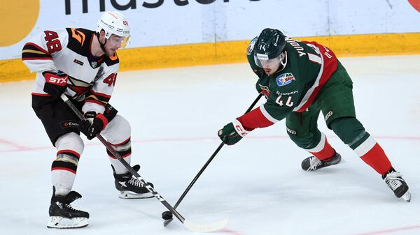 Хоккеист Ак Барса Дмитрий Юдин (справа) и хоккеист Авангарда Рид Буше