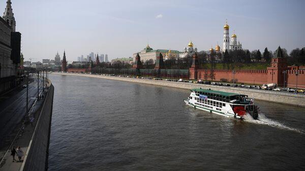Теплоход у Кремлёвской набережной на Москве-реке