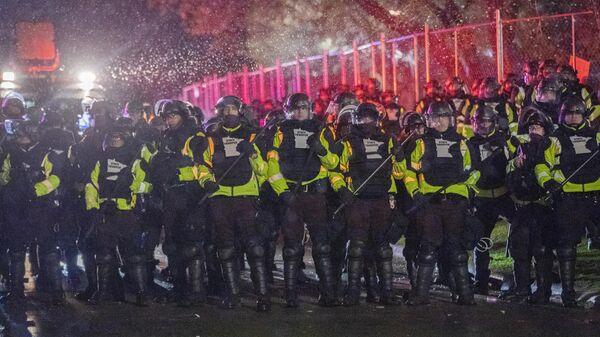 Сотрудники полиции во время акции протеста в городе Бруклин-Сентер в штате Миннесота