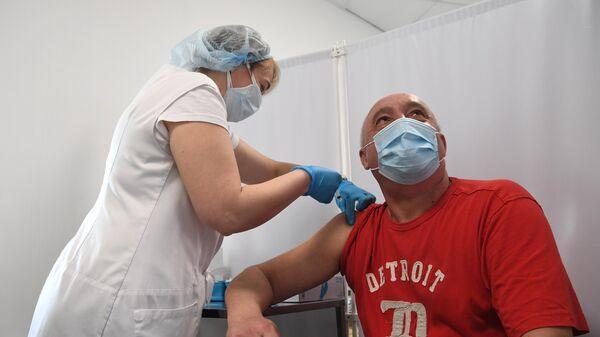 Мужчина в прививочном пункте вакцинации на ВДНХ в Москве