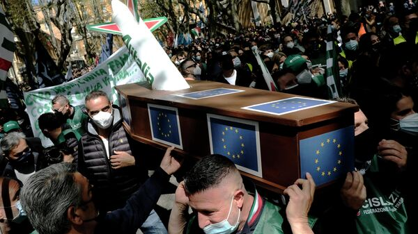 Манифестация сотрудников итальянской компании Alitalia в центре Рима