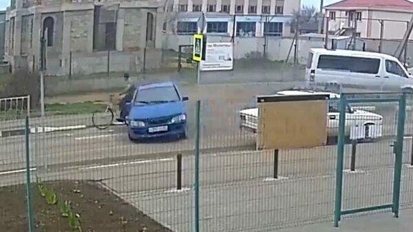 Момент наезда автомобиля на велосипедиста в Крыму