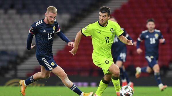Защитник сборной Чехии Ондржей Кудела (справа) и нападающий сборной Шотландии Оливер Макберни