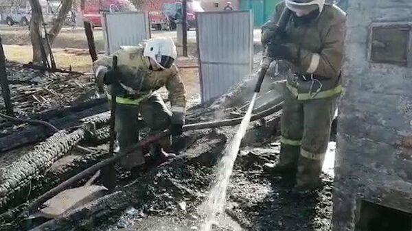 Кадры с места пожара в частном доме в Свердловской области