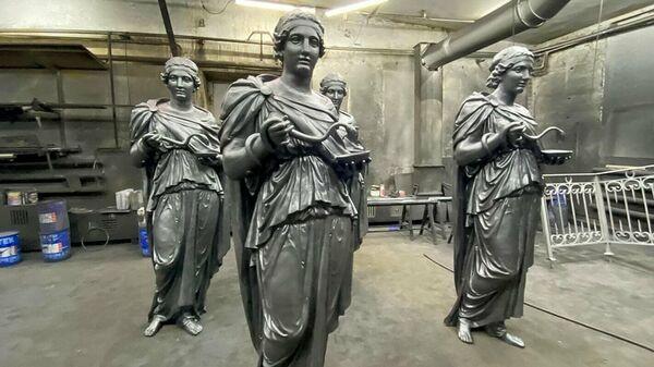 Фигуры богини Гигеи с фасада бывшей аптеки Ферейна в Москве
