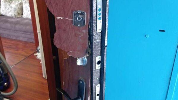 Взломанная дверь квартиры жительницы Заринска