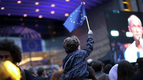 Мальчик с флагом ЕС в день выборов в Европарламент
