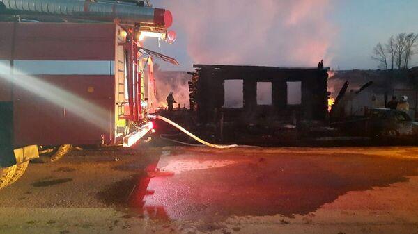 Пожарный расчет на месте пожара в частном доме в селе Бызово Свердловской области