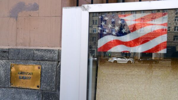 Табличка на здании посольства США в Москве