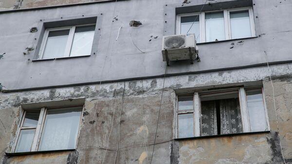 Следы от осколков снаряда на стене жилого дома в Киевском районе Донецка