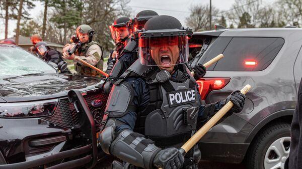 Полицейские во время акций протеста в центре города Бруклин-Сентер в штате Миннесота, США