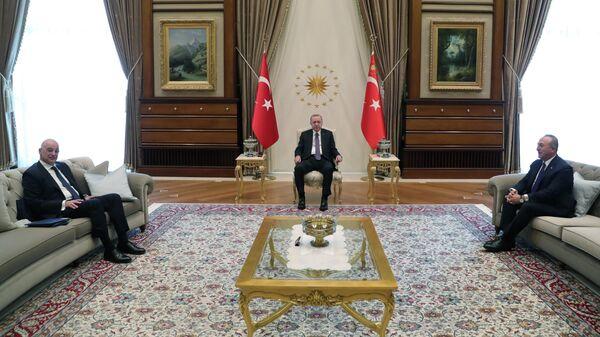 Президент Турции Тайип Эрдоган, министр иностранных дел Турции Мевлута Чавушоглу и министр иностранных дел Греции Никос Дендиас во время встречи в Анкаре