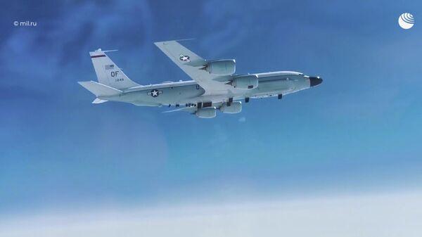 Кадр перехвата разведывательного самолета RC-135 ВВС США над Тихим океаном