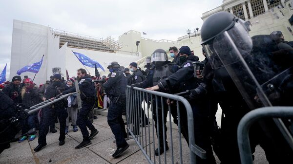 Полицейские на протесте сторонников Дональда Трампа у Капитолия США в Вашингтоне