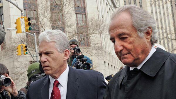 Брокер, создатель биржи NASDAQ Бернард Мейдофф возле федерального окружного суда Манхэттена в Нью-Йорке. 2009 год