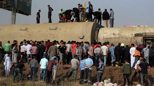 На месте схода с рельсов поезда в Египте