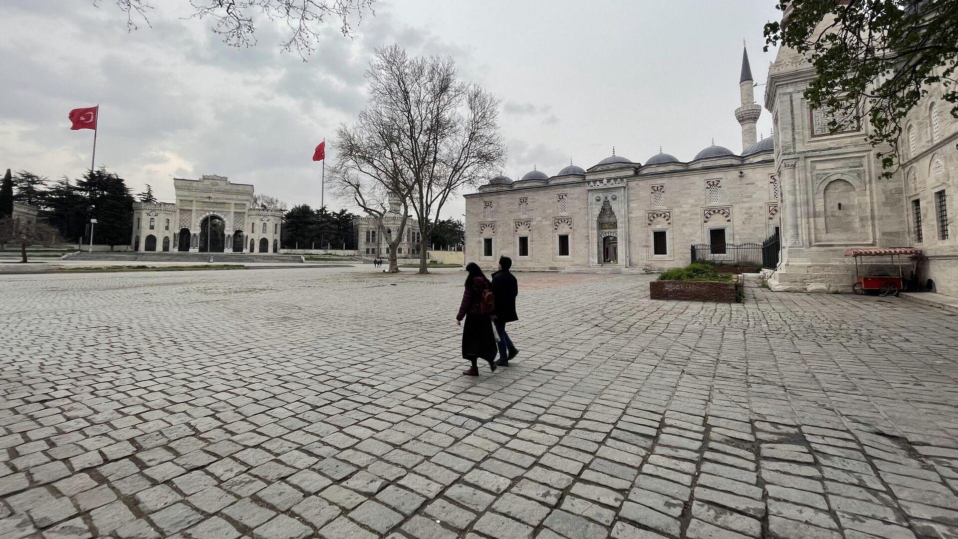 Люди на площади возле мечети в Стамбуле - РИА Новости, 1920, 29.04.2021