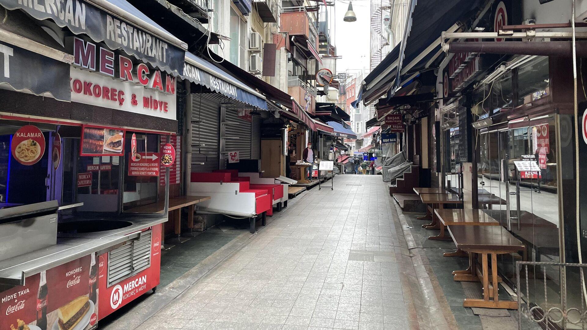 Закрытые магазины на одной из улиц неподалеку от Гранд-базара в Стамбуле - РИА Новости, 1920, 26.04.2021