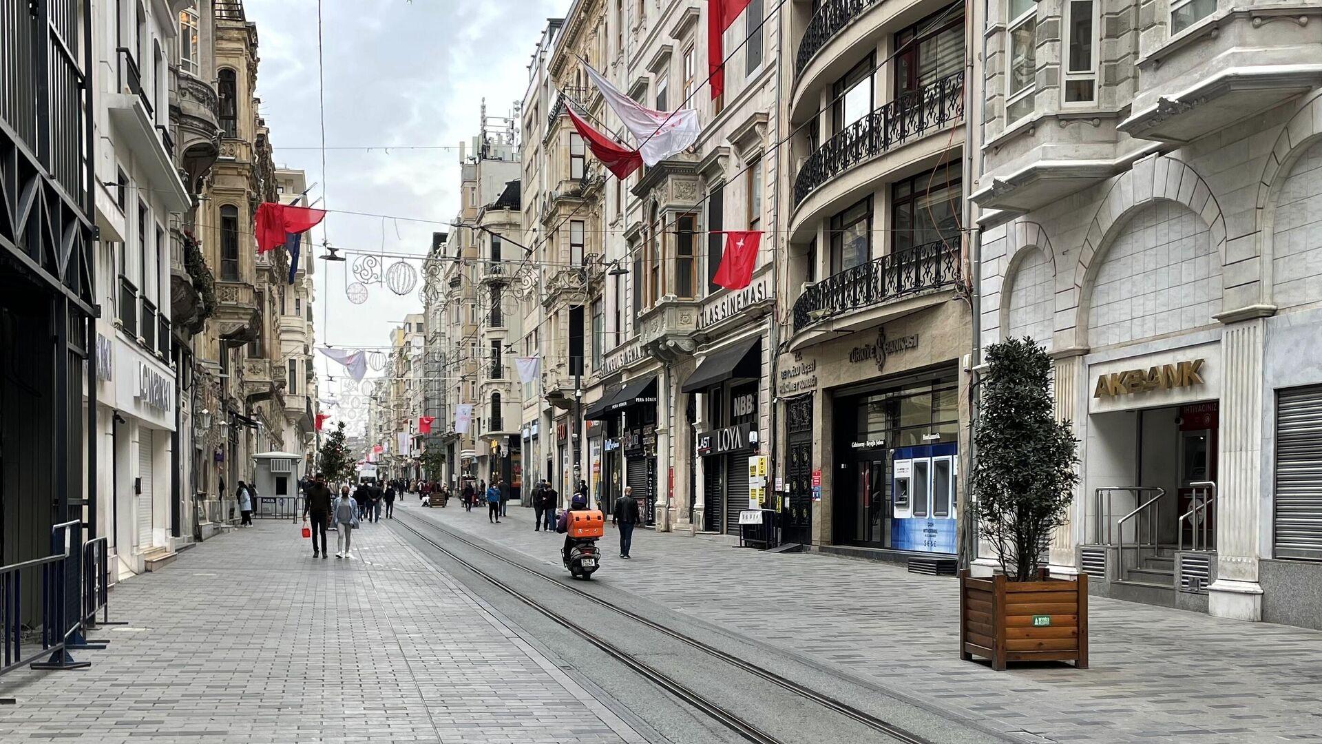 Люди на одной из улиц в Стамбуле - РИА Новости, 1920, 02.05.2021