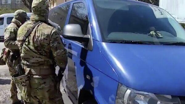 Сотрудники правоохранительных органов во время рейда против подпольных оружейников. Кадр из видео
