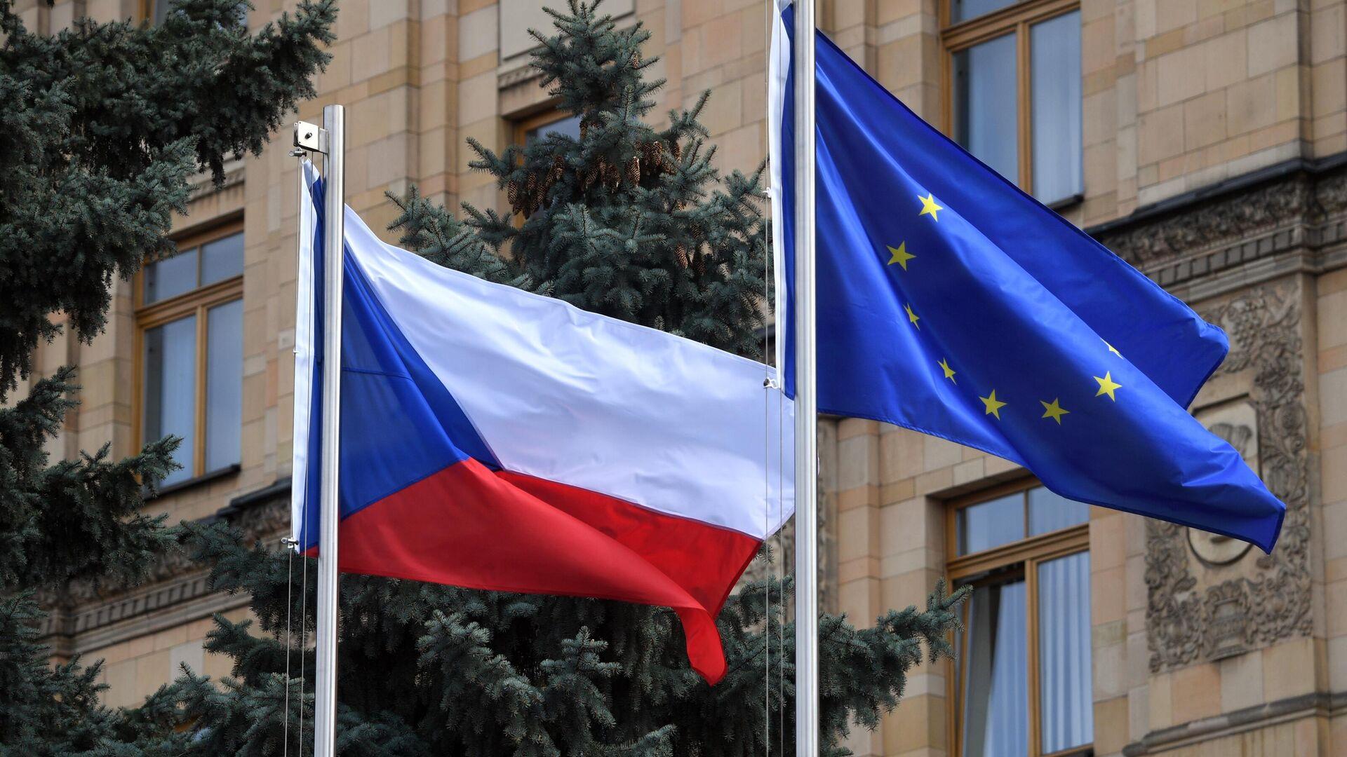 Флаги Чешской Республики и Евросоюза на территории посольства Чехии в Москве - РИА Новости, 1920, 26.04.2021