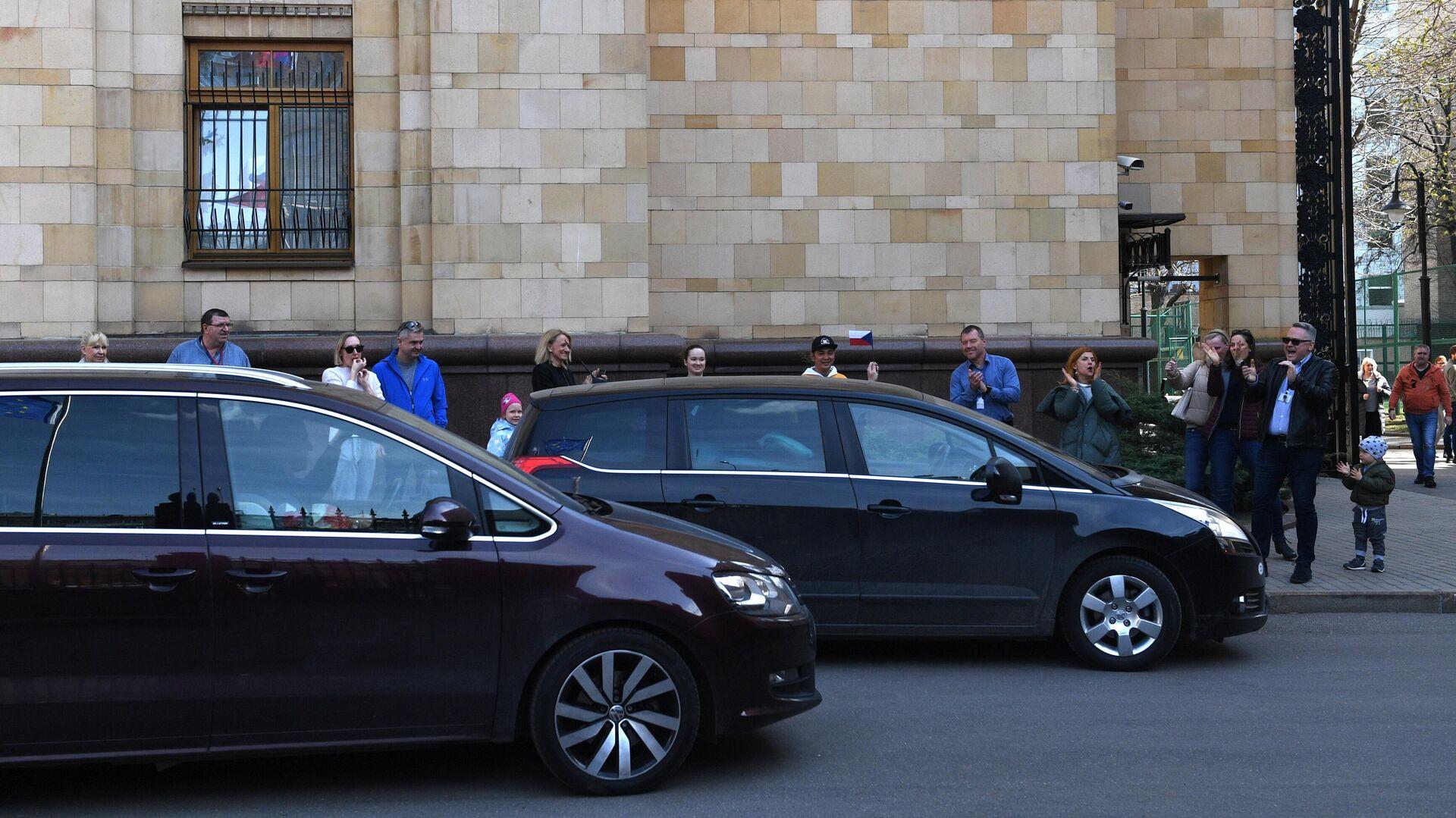 Автомобиль выезжают с территории посольства Чешской республики в Москве - РИА Новости, 1920, 21.04.2021