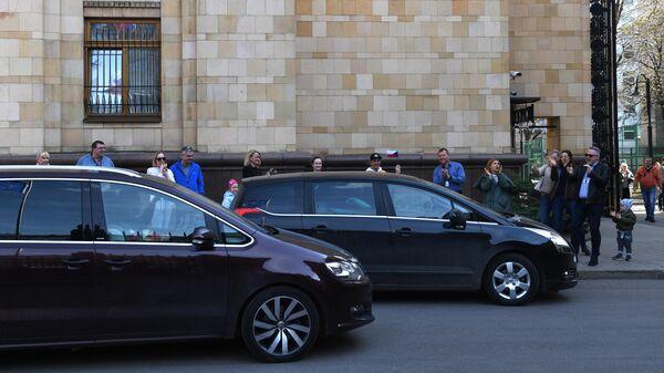 Автомобиль выезжают с территории посольства Чешской республики в Москве
