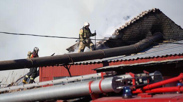 Сотрудники специализированной пожарно-спасательной части ГУ МЧС РФ во время тушения пожара в ангарах на Заводской улице в Петрозаводске