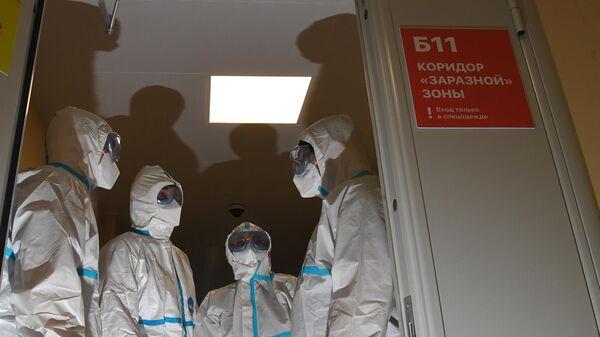 Медицинские работники в герметичном шлюзе в коридоре заразной зоны в Московском клиническом центре инфекционных болезней  (МКЦИБ) Вороновское