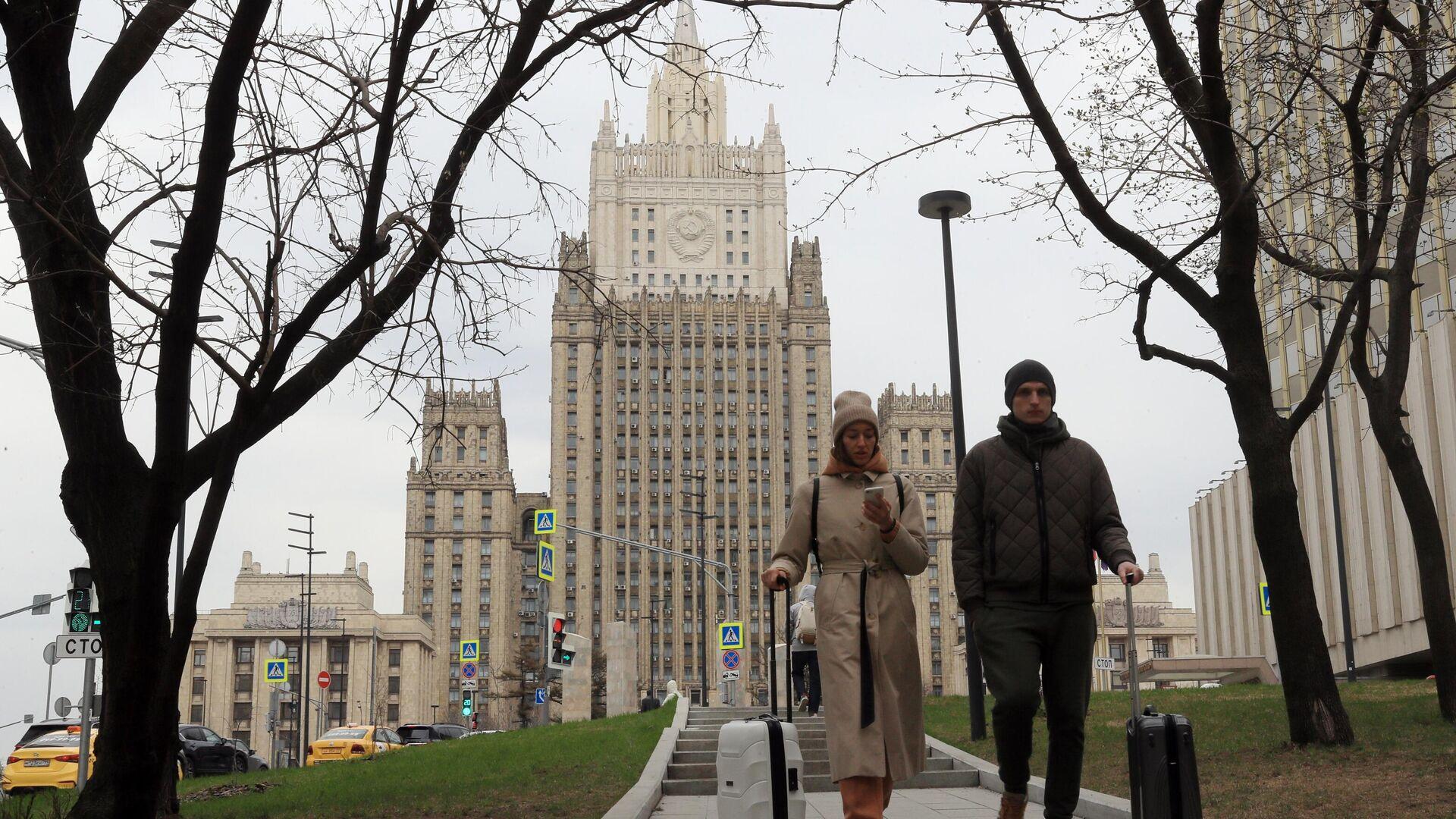 Прохожие у здания МИД России в Москве - РИА Новости, 1920, 31.05.2021