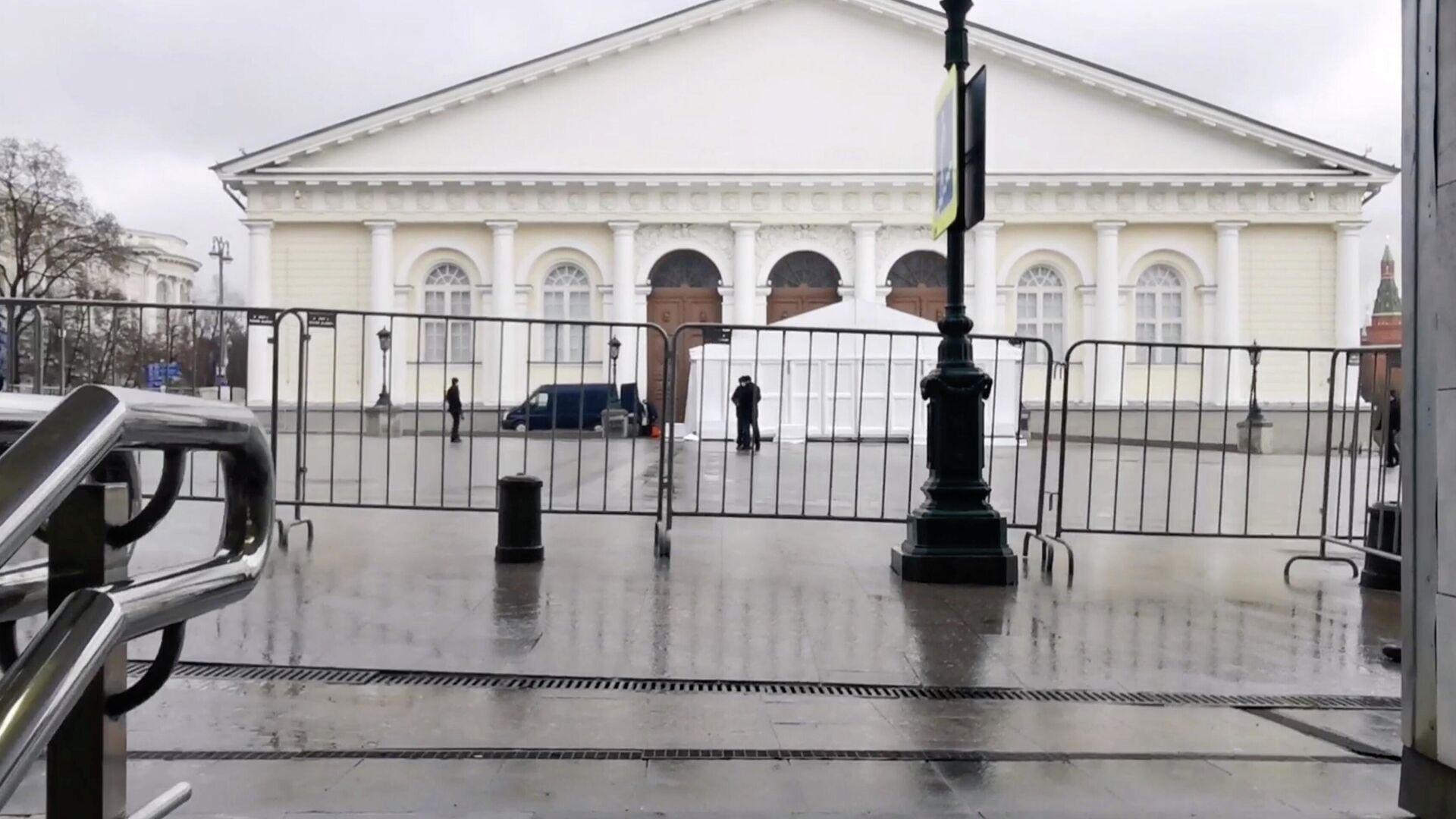 Проход к Манежу в центре Москвы, где пройдет послание Путина, ограничен - РИА Новости, 1920, 21.04.2021