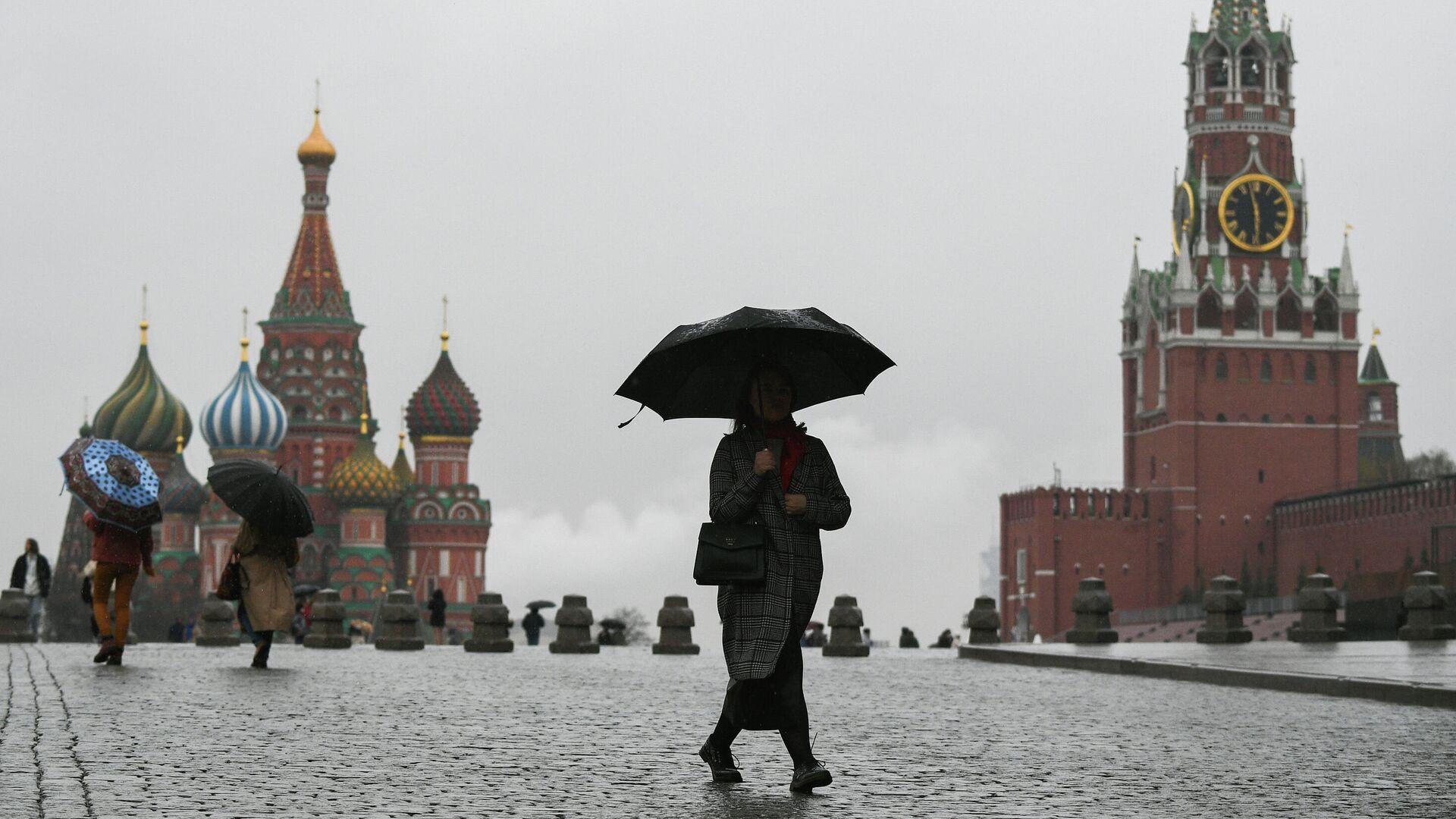 Люди во время дождя на Красной площади в Москве - РИА Новости, 1920, 29.07.2021
