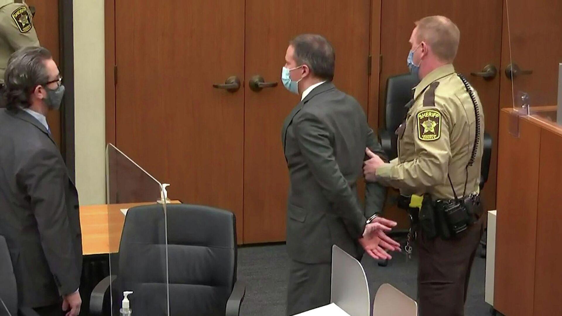 Экс-полицейского Дерека Шовина выводят после заседания суда по делу о смерти Джорджа Флойда - РИА Новости, 1920, 24.09.2021