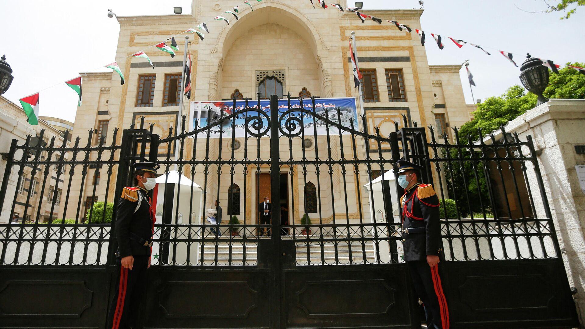 Охрана у входа в здание парламента, где проходит обсуждение предстоящих президентских выборов в Дамаске - РИА Новости, 1920, 29.05.2021