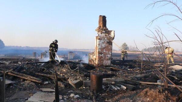 Сотрудники противопожарной службы на месте пожара в селе Свободный Труд Амурской области